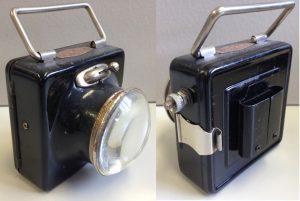 Batterie-Frontlampe 1930er Jahre, quadratische Form, mit Lupenglas, Tragegriff, Halteraufnahme und Abzweiganschluss, unbenutzt, toller Zustand