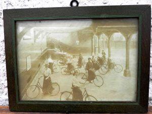 """Fotografie gerahmt """"Damen auf dem Fahrrad"""" um 1900, etwas verblaßt aber sehr gut erkennbar"""