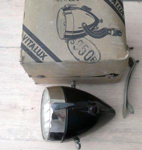 Fahrradscheinwerfer, großer französischer Stromlinienform-Scheinwerfer mit vernickelter Blende , schaltbar, incl. Halterung, alte Neuware im Originalkarton