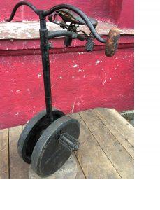Buffalo' Home Trainer, USA 1880er Jahre. Hochrad Hometrainer der nachweislich im Amerika der 1880er Jahre angeboten wurde. Meilenzähler mit Glocke ist teilweise erhalten. Das Gerät wurde augenscheinlich lange und intensiv genutzt und weist entsprechende Gebrauchsspuren auf. Die gusseiserne Grundplatte war gebrochen und wurde unsachgemäß geschweißt.