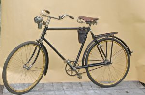 Elegantes Tourenrad Gritzner Modell 120R. Durlach 1921. Rahmenhöhe 60cm, Bereifung 28x1.70x1 ½ , sehr guter Nickel, Gritzner Helios Nabe. Originale Holzgriffe. Repro-Pedale.