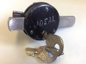 Speichenschloss IDEAL, Neuware ohne Karton ca. 1920-30er Jahre, mit zwei Schlüsseln