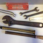 Konvolut Werkzeuge, 9tlg., u.a. Terry´s Reifenheber No.735 in Originalkarton, Gabelschlüssel (1x zöllig), Ölzerstäuberpumpen und eine früher 'Engländer' PEUGEOT FRÈRES