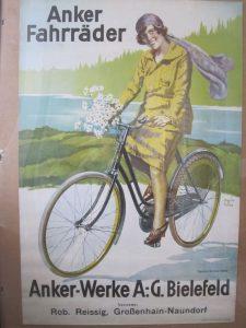 Plakat Anker Fahrräder. Sehr dekoratives, farbfrisches Papier-Plakat der Anker Fahrrad-Werke, Bielefeld, vermutlich 20er Jahre, signiert, etwa 55 x 85 cm, gute Erhaltung