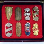 Lot 33: 8 Steuerkopfschilder 1920er Jahre in Holzbox - Ausrufpreis: 10,00€